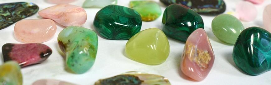 Les pierres roulées de minéraux, cristaux naturels